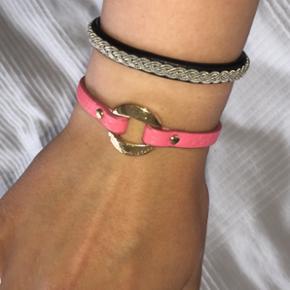 ÆGTE Marc by Marc Jacobs armbånd. Super flot her til sommeren da det er en fin lyserød farve. På billederne er det pink men det er mere lyserødt/ koral farvet i virkeligheden. Det kostede 600kr for nyt :)