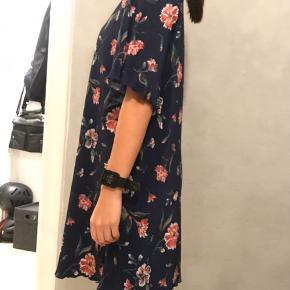 Jeg sælger denne flottekjole fra Mango, str. xs - men er løssiddende, så kan også passes af en S/M.
