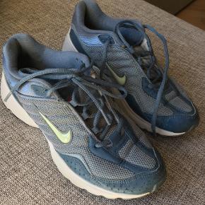 Jeg sælger disse mega fede vintage nike sko! De er desværre for små, og derfor får jeg dem ikke brugt. Skoene er størrelse 40, men passer til en størrelse 38/39 afhængigt af ønsket fit.