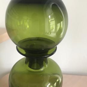 Flot glasflaske fra Munthe (det tidligere Munthe Plus Simonsen). Den er 33-34 cm høj. Den skal afhentes i Århus C., da jeg er er bange for, at den går i stykker hvis den skal sendes.