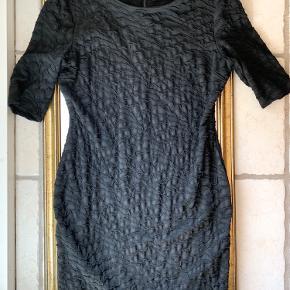 Smukkeste formsyet kjole i strækbart materiale. Kjolen er en størrelse L, men er en smule lille i størrelsen. Brugt 1 gang, og fremstår helt som ny.