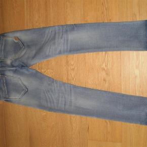 """Varetype: Jeans Størrelse: 30"""" Farve: Blå Oprindelig købspris: 800 kr.  Meget lækre med stræk i. Brugt meget lidt.  Hedder str 30"""" og længde er også 30"""""""