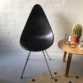 """Sælger denne stol """"Dråben"""" af Fritz Hansen, designet af Arne Jacobsen. Mål: H88,5 cm, B45,5 cm, D54,5 cm. Farven er sort og benene er i stål. Modellen hedder: 3110. Sælges da jeg bor på kollegie og derfor ikke har plads. Velholdt. Købt ved Indbo i Kolding. Nypris 2100."""