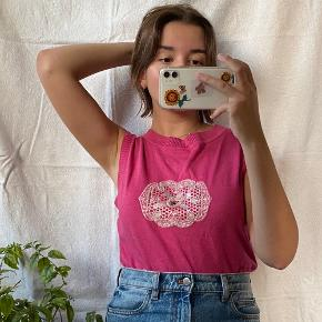 Pink strikket top i strik og med perler. Ses på en størrelse S på billederne. Kan også bruges som vest over en skjorte.  Se også mine andre annoncer, jeg giver mængderabat🧚🏼♀️✨  Søgeord: vintage, retro, genbrug