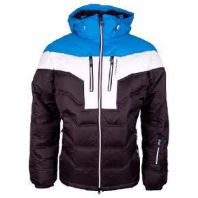 Five Seasons ski jakke. Har aldrig fået den brugt. Står som ny. Perfekt til en skitur eller det kolde vejr. Der er lommer i ærmerne og så er der store lommer inden i jakken til f.eks. skibriller eller handsker. Den er stor i størrelsen.