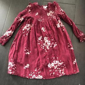 Varetype: Kjole Farve: Bordeaux  Smuk liberty (blomster) kjole i rød/bordeaux/vinrød. Virkelig smuk. Lukkes med lynlås. Fejler intet.