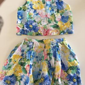 Så sødt blomstret sæt fra Ralph Lauren. Overdel har knapper i ryggen og nederdel lynlås bagi. Størrelse 10 år.
