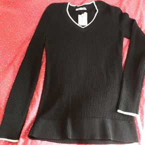 Superfin sweater fra Rag & Bone i sort med hvid v-hals og hvide kanter på ærmerne. 80%viscose 20%nylon. Str.xs, men passer op til str.m. Helt ny og stadig med tag.