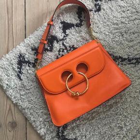 Smukkeste JW Anderson taske, i den flotteste orange farve.   Den er brugt måske 7-8 gange højest og er i virkelig flot stand. Sender ikke, da jeg vil mødes og handle, så man kan se tasken ordentligt🌺  Overvejer kun at sælge.  Lille plet bagpå, ses ikke i brug.