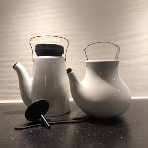 Eva MADAM Solo kaffebrygger og te kande i hvid porcelæn. (Te kande m/striktrøje) begge med drypfri silicone tud. Alle dele fremstår som nyt. Brugt få gange. Sælges samlet🌷