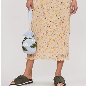 🌼GANNI NEDERDEL🌼 Jeg sælger min fine Ganni nederdel, da jeg ikke rigtig får den brugt. Jeg vil mene, at den kan passes af en XXS-S (måske også en M), da der er elastik bånd i toppen. Jeg er åben for bud.