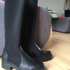 Super fede lange støvler. Skaftet er i elastisk stof