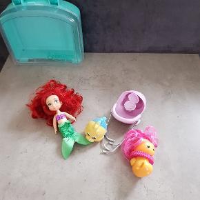 Ariel dukke med tilbehør og kuffert/kasse fra Disneyland Paris. Det er i fin stand, dog er der knækket en ting (se billede 2) dette er uden betydning. Det er fra røg og dyre fri hjem. Helst gerne kontant, da det er til min datters sparegris. Det kan afhentes i 6700, eller sendes hvis porto bliver betalt.