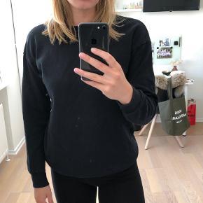 Basic sort sweatshirt med ribkanter Køber betaler fragt