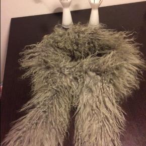 Varetype: Tibetlam pels stola Størrelse: 140 cm Farve: grå  Smuk Tibetlam pelsstola i grå. Den er meget blød og behagelig at have på.  L: 140 cm.  TIPS! Den passer godt sammen med en Containerkjole, som jeg også sælger her på Trendsales. Tag gerne et kig. :-)  Se også mine andre pels annoncer på fjer veste, pelsveste og pels stolaer her på Trendsales.