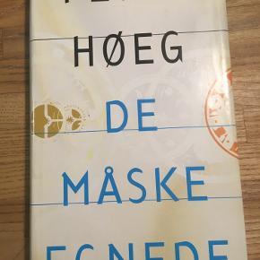 De måske egnede, Peter Høeg. 1993 hardback Gyldendal. Let slid på smudsomslag ellers pæn stand. 45kr kan hentes kbh v eller sendes for 40kr dao