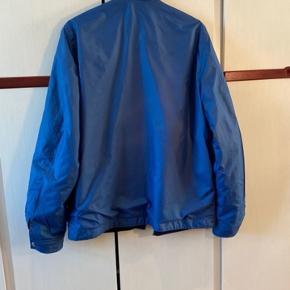 Utroligt lækker reversibel jakke fra Lacoste i blå og sort. Sindsygt lækker, og i god stand.  Ved køb af flere vare kan specialpriser aftales!  Kvittering haves ikke Mvh
