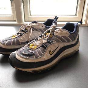 Nike air max 98 OG TOUR YELLOW. Skoene er små i størrelsen, de passes derfor af en størrelse 40
