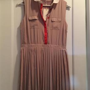 Brand: mint & Berry Varetype: kjole Farve: Beige  Lang beige kjole, aldrig brugt