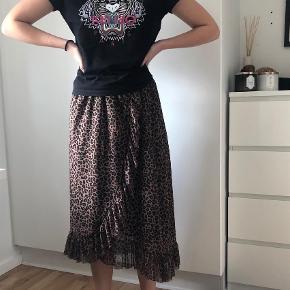 Varetype: Midi Farve: Multi Prisen angivet er inklusiv forsendelse.  Nederdel fra Moss i super flot leopard. Nederdelen sidder rigtig godt, men jeg får den desværre ikke brugt.   Skriv gerne for flere billeder :)