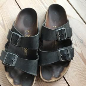 Sælger de her fantastiske Birkenstock sandaler - er brugt ret meget, men de dør aldrig;) Hvis jeg stadig kunne passe dem, ville jeg gøre det!!