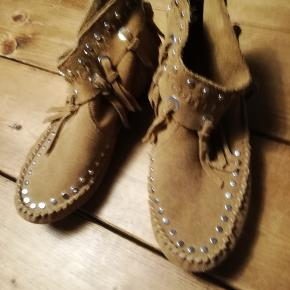 Andre børnesko, str. 35, H&M, piger  Støvler, str. 35, natur skind, Ubrugt  Super fed støvle i ægte skind, - brugt en enkelt gang, - desværre købt for små