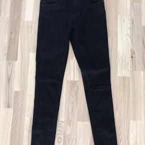 2nd Day 2nd Sally skinny cropped ripped jeans. Aldrig brugt. Sorte. 25.  Kan hentes i Blovstrød på Nordsjælland, hvis du vil spare portoen :)