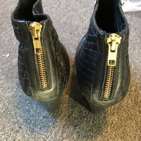 Lækre Bianco støvler, halvt blanke halvt i flet. Er brugte og det er bukket på forfoden der er medtaget, se billeder.