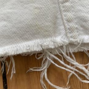Fin hvid nederdel fra Ginatricot i egentlig ret godt stand. Brugt få gange.   Der er dog en plet og en lille misfarvning. Misfarvning foran nederst og plet bag på. De er dog så små at de ikke ses. Skal nok prøve at vaske det af inden solgt😊  Køber betaler fragt eller mødes i Aarhus C🌸