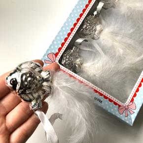 """Lisbeth Dahl """"Lovely Christmas"""" håndlavet glas juleornamenter med fisk m. fjer motiv x5 (bemærk: der er 4 i pk., men har en ekstra, der er til salg) i de smukkeste farver og med hvidt silkebånd til at hænge på juletræet 🐠 OBS: De er et fejlkøb og dermed ubrugte   Byd gerne kan både afhentes i Århus C eller sendes på købers regning 📮✉️"""