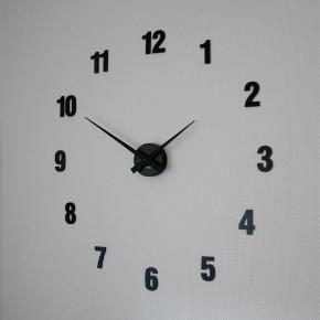 Brand: Karlsson Varetype: Vægur Størrelse: Ø65cm Farve: sort Prisen angivet er inklusiv forsendelse.  > Karlsson ur med tal.  > Talstørrelse 6 cm.  > Fylder ca 65 cm i diameter som opsat på billedet.  > Tallene sættes på væggen med det medfølgende hæftemasse/elefantsnot. De kan placeres som ønsket, og er nemme at flytte rundt på igen og igen.   > Velegnet til alle indendørs vægge.  > Bemærk at ur skiven altid leveres i matsort. Du kan vælge om tallene skal være matte eller blanke.