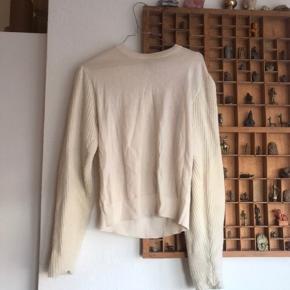 Skøn hvid sweater med strikkede detaljer på ærmerne - dejlig varm til køligere sommeraftener