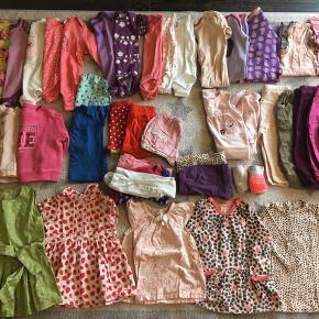 38 stk. tøj blandet mærker. 5 l/æ body, 2 k/æ body, 3 u/æ body, 2 heldragter, 1 natdragt med fødder, 1 sommernatdragt, 1 sæt nattøj, 4 trøjer, 2 t-shirts, 3 par shorts, 1 par smækbukser, 6 bukser, 2 leggings, 2 kjoler, 3 tunikaer/kjoler.