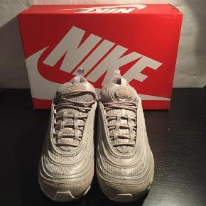Nike Air Max 97 Cobblestone Ny pris: 1600kr Er brugt et par gange - har mærker hist og her, men med en våd klud og en ruskindsbørste står de som ny.