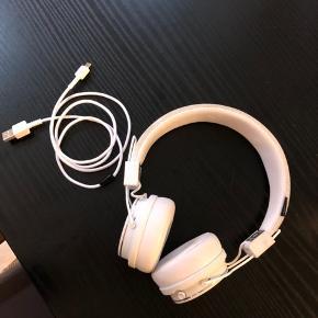 Hvide trådløse hørebøffer fra Urban Ears i modellen plattan 2. Lidt mærker ovenpå bøjlen, hvilket nok ikke kan undgås da de er hvide. De er stort ikke brugt - så de fejler absolut ingenting.  Nypris: 450 kr