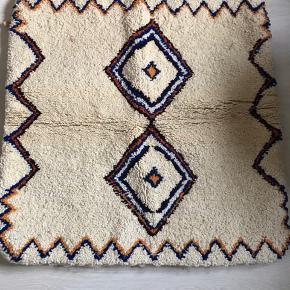 Håndlavet bedouintæppe fra Marokko. Ren uld. Måler 1x1 m