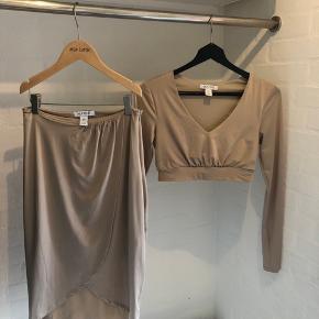 Kylie Jenner / kardashian stil , flot nude / beige lang nederdel og crop bluse . Lidt