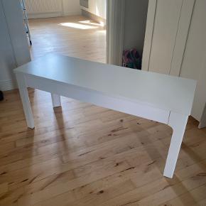 Bænk fra IKEA. Står som ny. De små hynder medfølger.  Mål:  Højde: 45 cm Bredde: 36 cm Længde: 104 cm  Skal afhentes i Aabenraa