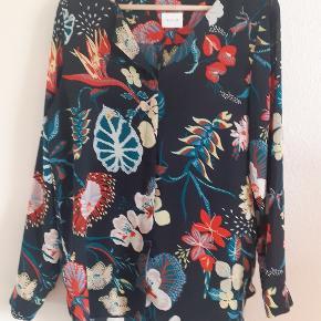 Blomstret skjorte, 100 % polyester, lange ærmer
