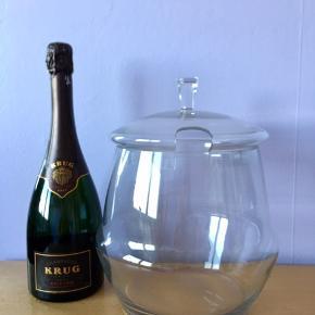 33.  Champagnekøler/glas boule. H: 19,5cm med låg: 28cm Ø: 17cm. 1165g tung og stabil så ingen fare for væltning. Tykt stærkt glas 4mm uden defekt/skår. Flot stand. Kan bruges dekorativ som blomstervase.  Kun 199kr  En flot, dekorativ & praktisk måde at opbevare & holde sin mousserende vin, cava, spiritus, sodavand & rose vine kolde på en elegant måde.   Perfekt til alle store fester/begivenheder som et festligt indslag: nytår, fødselsdage, dimission, studenterfest, svendegilde, bryllup, konfirmation, fernisering, reception, åbningsevent, gallapremiere & romantiske hyggeaften/middage med kæresten.  Gaven til ham/hende som har alt.   Fra røgfri, børnefri & dyrefri hjem. Flasker følger IKKE med. Flot stand uden fejl/defekter! Se mine andre annoncer, Champagne op til 15 L, champagnesabler, vinglas & Champagnekølere. Kan skaffe andre typer, så spørg om det.