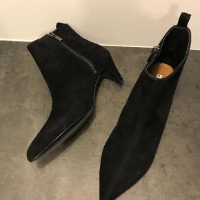 Varetype: Støvler støvletter Farve: Sort Oprindelig købspris: 950 kr.  Flotte ruskindsstøvler som jeg ikke har fået brugt. Perfekt hælhøjde. Lille 40. Handler mobilepay og sender med dao på købers regning. Mp 500,-