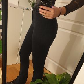 Gina tricot jeans, str. s. Har en god længde, og sidder rigtig godt. Modellen på billedet er ca. 166 høj. Byd gerne og skriv for flere billeder!