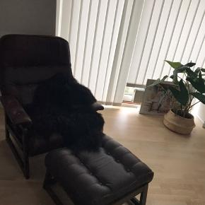 Brun læderlænestol med puf sælges. Ukendt mærke. Tidligere ejer har haft rygehjem. Har patina og brugsspor. Afhentes selv i Aalborg. Skriv privatbesked for mere info.