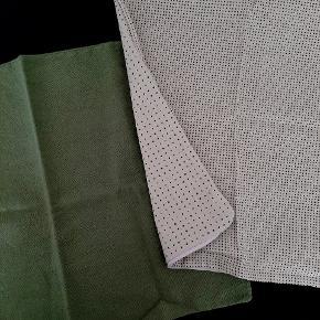Et grønt og et lysegult pudebetræk. Begge 50x50 cm.