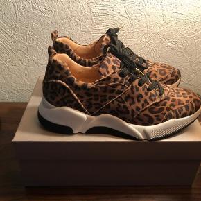 Leopard sneakers str. 38, aldrig brugt, stadig med pris og i æske - ny pris 999 kr. Bytter ikke - byd