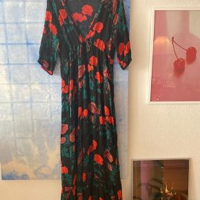 'Newman Georgette' kjole fra Ganni med flot dyb udskæring Brugt få gange 100% viskose Overdel og ærmer er transparente, underdelen har et underskørt Jeg er 179 cm høj og den er gulvlang til mig  Afhentes på indre Nørrebro  Bytter ikke