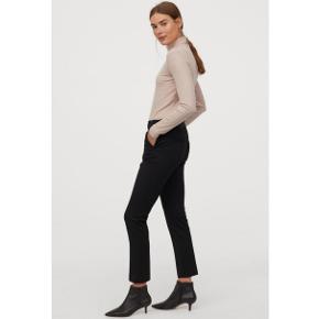Sorte habit bukser med pressefolder fra 'H&M' i str. 36.  Aldrig brugt. Elastik i livet/pull-up.  Går til anklen.  (Modellen på billederne er 170cm og bærer str. 36.)   *Bytter ikke. *Prisen er fast. *Varen sendes fra dyr og røgfrit hjem.