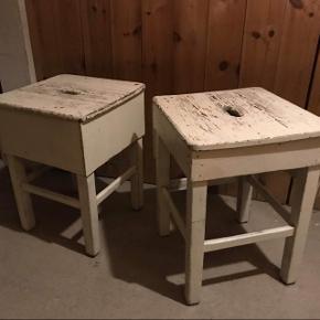 To gamle taburetter, rigtig fine til fx natborde. 200kr pr stk. Begge for 300kr  H 47cm B 32,5cm D 32,5cm