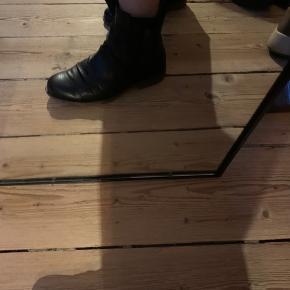 Lækre læder sko/støvle med lille hæl.  Fantastisk blød bund!  Desværre pga knyste, sælger jeg dem.
