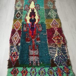 NY Håndlavet Marokkansk tæppe  Bomulds tæppe, berber tæppe boucherouite tæppe,  Kan vaskes i vaske maskine. 100 pct ren bomuld.   Se mine andre annoncer  Levering eller forsendelse med i prisen. 14 dage bytte garanti gives.  Tæppe måler 240  x 105 cm